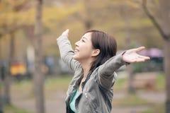 Offene Arme der asiatischen Schönheit und glauben frei Lizenzfreie Stockfotos