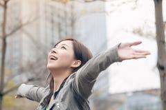 Offene Arme der asiatischen Schönheit und glauben frei Stockfoto