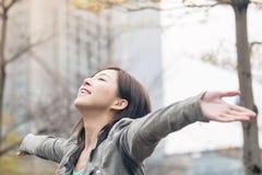 Offene Arme der asiatischen Schönheit und glauben frei Stockbilder