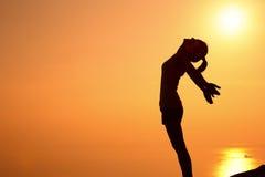 Offene Arme der dankbaren Frau zum Sonnenaufgang Stockbilder