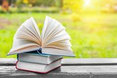 Offene Bücher auf dem alten Holztisch Zurück zu Schule getrennte alte Bücher Stockfotos