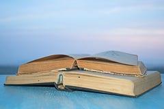 Offene Bücher auf der hölzernen blauen Tabelle Stockfoto