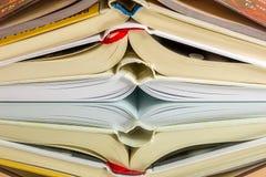 Offene Bücher in einer Stapelreflexion Lizenzfreies Stockfoto