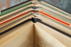 Offene Bücher zusammen gestapelt auf einem hölzernen Hintergrund Lizenzfreies Stockbild