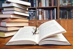 Offene Bücher auf Holztisch Stockfotos