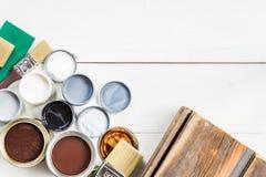 Offene Dosen unterschiedliche Farben, Lack und Fleck stockfotografie