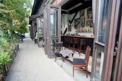 Offene Fenster der modernen Bar im Luxusrestaurant Stockbild