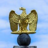 Offene Flügel deutschen Emblems Eagles goldenen stockfoto