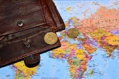 Offene Geldbörse mit zwei Eurocents ist auf der Weltkarte Lizenzfreies Stockfoto