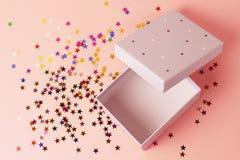 Offene Geschenkbox auf einer rosa Hintergrundnahaufnahme, Draufsicht lizenzfreie stockfotos