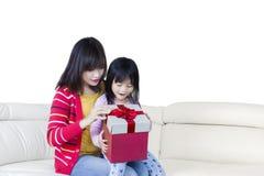 Offene Geschenkbox der Mutter und des Kindes stockfoto