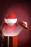 Offene Geschenkbox des Jungen Weihnachts Stockfotos