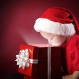 offene Geschenkbox des Jungen Weihnachts Stockbilder
