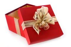 Offene Geschenkbox mit gekipptem Deckel- und Goldbogen Stockbild