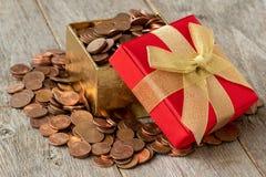 Offene Geschenkbox voll Münzen stockfotos