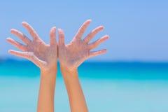 Offene Hand der Frau auf Seehintergrund Stockbilder