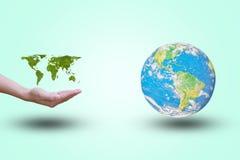 Offene Hand der Weltkartevertretung mit grünen Blättern Welt auf einem Pastellhintergrund farbe kümmern Sie sich um einem kleinen stockbild