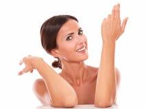 Offene hispanische oben gestikulierende und lächelnde Frau stockbilder