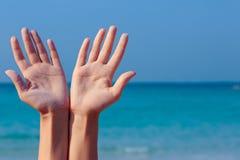 Offene Hände der Frau auf Seehintergrund Lizenzfreie Stockfotos