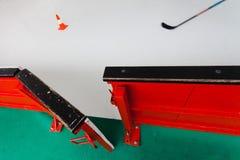 Offene Hockeysperre auf Stadion - lassen Sie uns gehen, Hockeymatch auszubilden lizenzfreie stockbilder