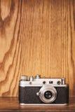 Offene Kamera der Weinlese auf hölzernem Hintergrund lizenzfreie stockfotos