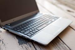 Offene Laptop-Computer der Nahaufnahme mit schwarzem Schirm Stockbild