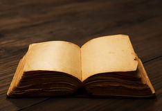 Offene Leerseiten des alten Buches, leeres Papier auf Holztisch Stockbilder