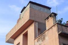 Offene orangefarbene Wand für verschiedene volumetrische Formate des alten lokalen Gebäudes mit sauberem Trieb stockbild