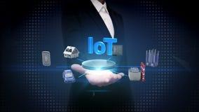 Offene Palme der Geschäftsfrau, Geräte, die digitales Gehirn, künstliche Intelligenz anschließen Internet von Sachen