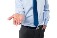 Offene Palmenhand des Geschäftsmannes Stockfotos