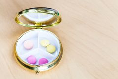 Offene Pillenschachtel mit Rosa und gelben Pillen stockbild