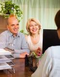 Offene Rechnung der Paare in der Bank Lizenzfreie Stockfotografie