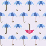 Offene Regenschirme des Blaus und ein rotes für Ihr Design Lizenzfreie Stockfotos