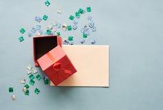 Offene rote Geschenkbox dieses rote Band stock abbildung