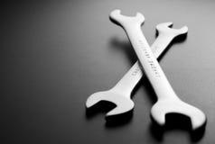 Offene Schlüssel auf Grau mit Kopien-Raum Stockbilder