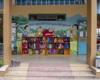 Offene Schließfächer für Rucksäcke, Kindergarten Hoa Chau, Dorf von Phuong Nam bewirtschaftend, Vietnam lizenzfreies stockfoto