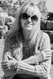 Offene schwarzes u. weißes Porträt-reife Frau mit Film-Korn-Effekt Lizenzfreie Stockbilder