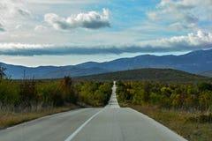 Offene Straße durch schöne Landschaft, Landschaftsreisephotographie Stockbilder