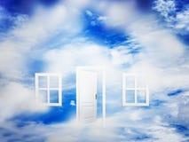 Offene Tür auf blauem sonnigem Himmel Neues Leben, Erfolg, Hoffnung Stockfotos