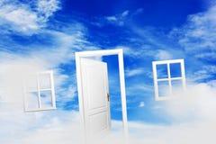 Offene Tür auf blauem sonnigem Himmel Neues Leben, Erfolg, Hoffnung Stockfoto