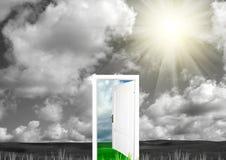 Offene Tür auf einer Lichtung Lizenzfreies Stockbild