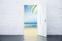Offene Tür in einem Strand mit Meereswogen und Palmen Lizenzfreie Stockfotografie