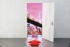 Offene Tür in einer Stadt mit einem roten Pfeil, der in die Richtung zeigt Lizenzfreie Stockfotos