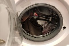 Offene Tür einer Waschmaschine lizenzfreies stockbild