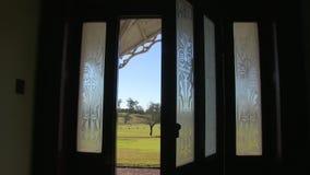 Offene Tür eines Geisterhauses stock video