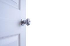Offene Tür lokalisiert auf weißem Hintergrund Stockfotos