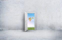 Offene Tür mit Blick auf den Himmel und die Heißluft steigt im Ballon auf Konkreter Raum Stockfoto