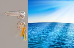 Offene Tür mit einer Seeansicht Lizenzfreie Stockfotos