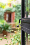 Offene Tür mit Garten stockbild