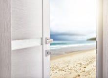Offene Tür mit Zugang zum Strand Lizenzfreies Stockfoto